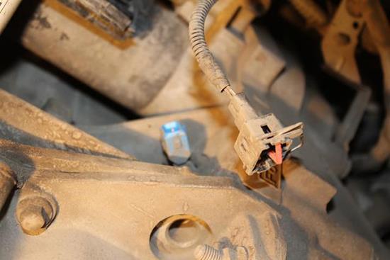 Отсоединение колодки жгута проводов датчика положения коленчатого вала Ford Focus 2