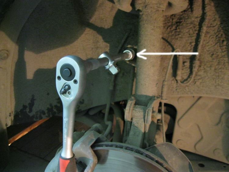 Открутить крепление стабилизатора на Hyundai Santa Fe CM 2006-2012