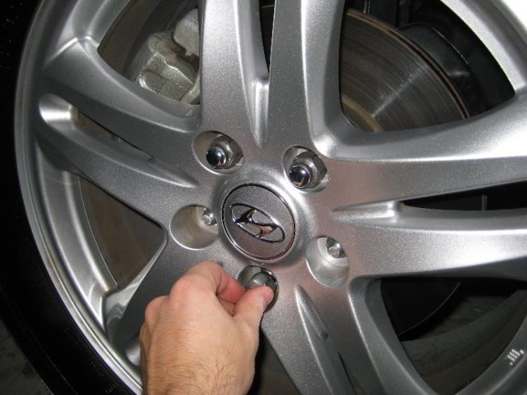Открутить гайки колеса на Hyundi Santa Fe CM 2006-2012