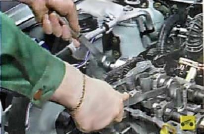 Снятие болта крепления механизма изменения фазы впуска Nissan Almera Classic