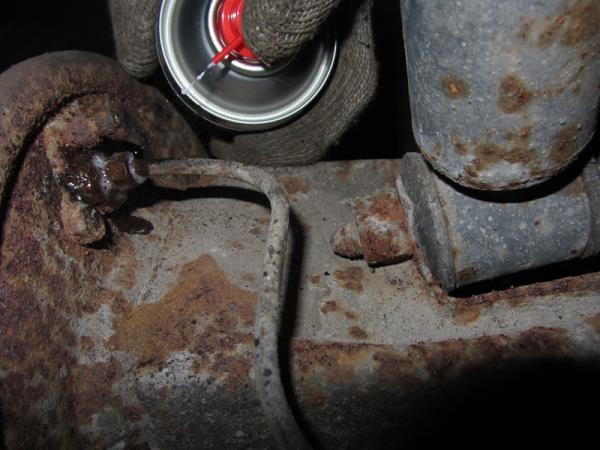 наносим проникающую смазку на трубку и болты крепления тормозного цилиндра на Приоре