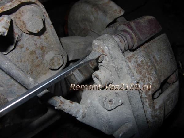 отгибаем контрящую шайбу болта суппорта на ВАЗ 2109-2108