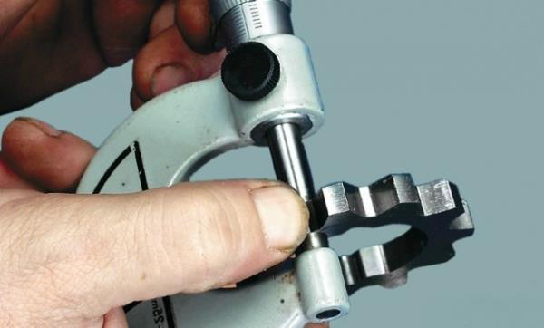 Измерение толщины ведущей шестерни масляного насоса Лада Гранта (ВАЗ 2190)