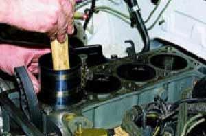 Упираясь рукояткой молотка в днище поршня, проталкиваем поршень в цилиндр.