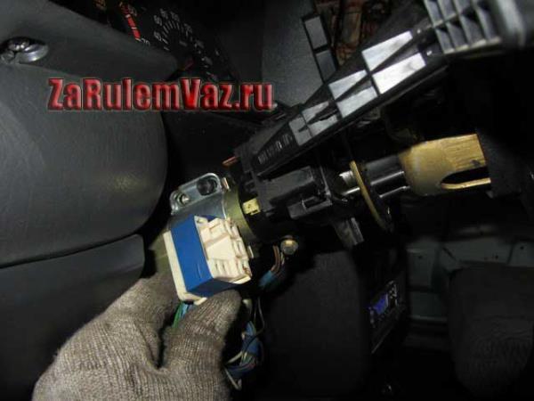 отсоединить штекер от переключателя поворота ВАЗ 2114