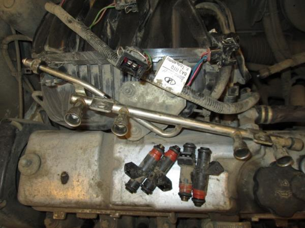 Снятые форсунки с топливной рампы 8-клапанного двигателя Лада Гранта (ВАЗ 2190)