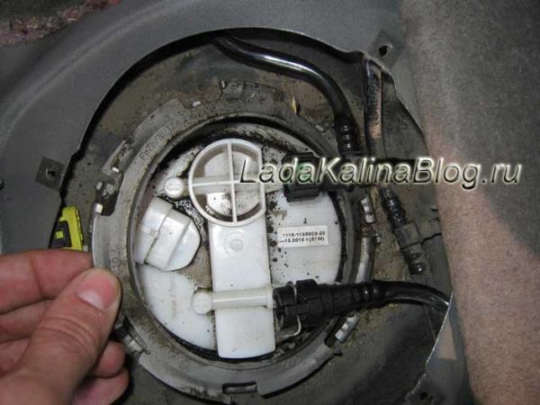 снятие стопорного кольца топливного фильтра на Калине