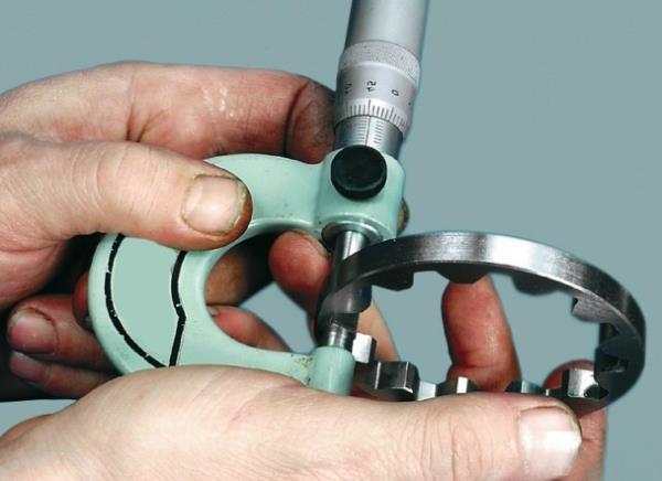 Измерение толщины ведомой шестерни масляного насоса Лада Гранта (ВАЗ 2190)