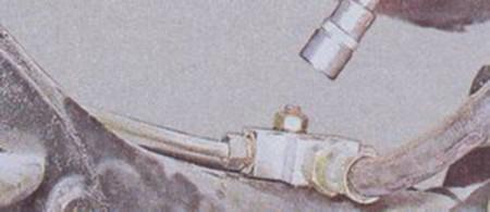 Откручиваем болт крепления тройника тормозной трубки на ВАЗ 2101, 2102, 2103, 2104, 2105, 2106, 2107