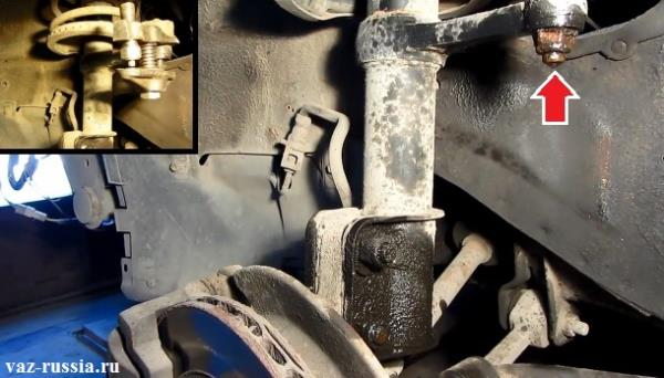 Отворачивание гайки крепления наконечника рулевой тяги и выпрессовывание его при помощи съёмника