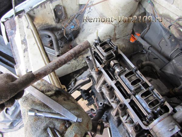 откручиваем болты крепления гбц на ВАЗ 2109-2108