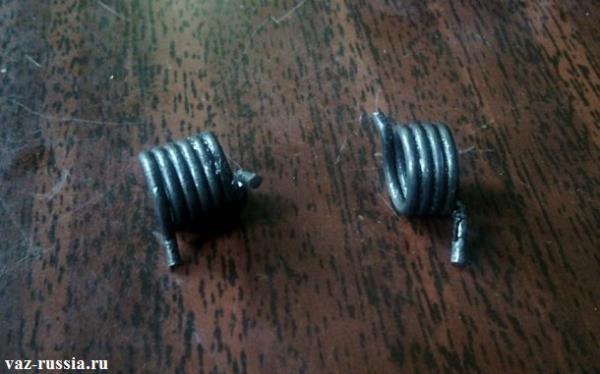 Две возвратные пружинки которые находятся в замке и возвращают ключ на своё место когда вы заводите машину, одна из этих пружин взята от замка автомобиля ВАЗ 2109, а другая от автомобиля Лада Калина