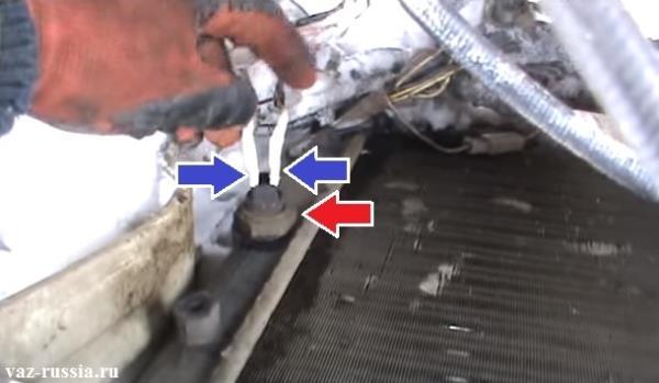 Провода подсоединяемые к датчику включения вентилятора и его местонахождение