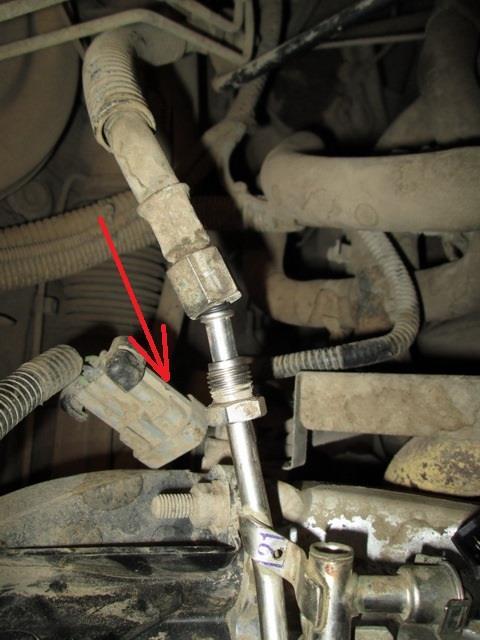 Отсоединенная колодка проводов топливной рампы 8-клапанного двигателя Лада Гранта (ВАЗ 2190)