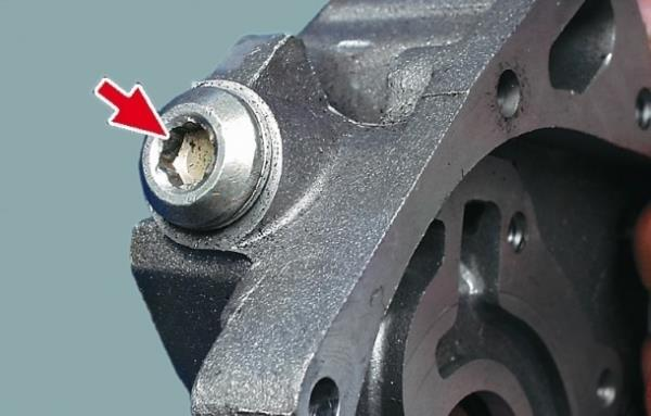 Размещение пробки редукционного клапана на масляном насосе Лада Гранта (ВАЗ 2190)