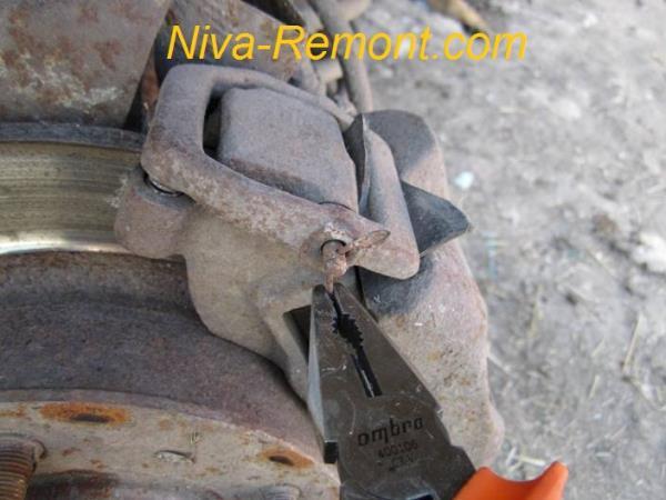 вынимаем шплинт из штока тормозов Нивы