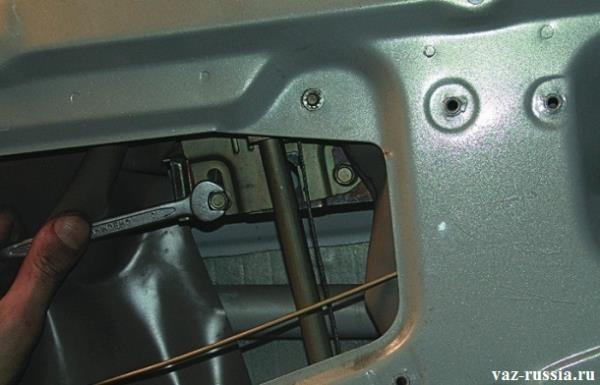Заворачивание крепежного болта, который крепит стекло, к механизму стеклоподъемника