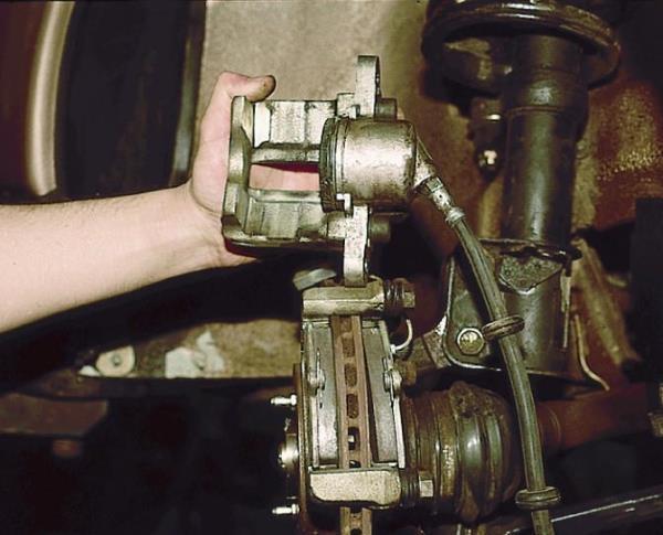 Снятие скобы переднего тормозного механизма Лада Гранта (ВАЗ 2190)