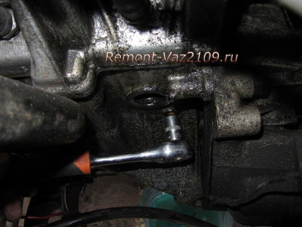 выкручиваем пробку из блока для слива охлаждающей жидкости на ВАЗ 2109-2108
