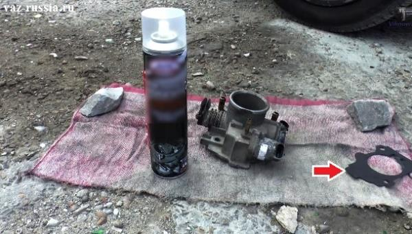 На фото можно увидеть жидкость для очистки карбюраторов, а так же дроссельный узел и прокладку которая между ним и патрубком ресивера устанавливается