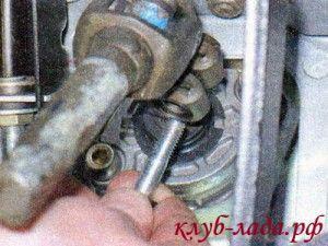 Извлечь болт и снять карданный шарнир со шлицевого вала рулевого механизма