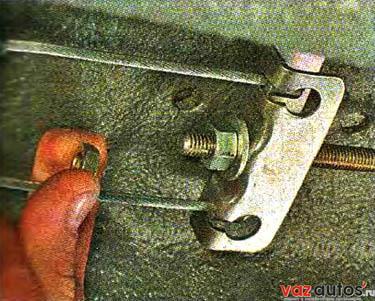 Ослабляем затяжку контргайки регулировочной гайки хода рычага стояночного тормоза