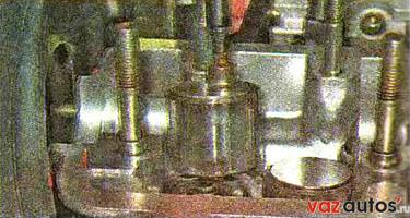 Магнитом вынимаем из посадочных мест в головке блока цилиндров толкатели с регулировочными шайбами