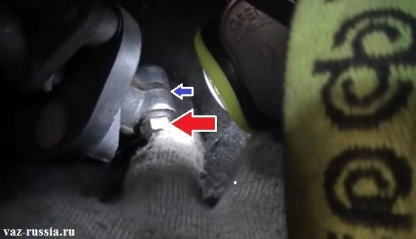 Стопорный болт кардана и паз который нужно вам будет разжать, после выворачивания болта