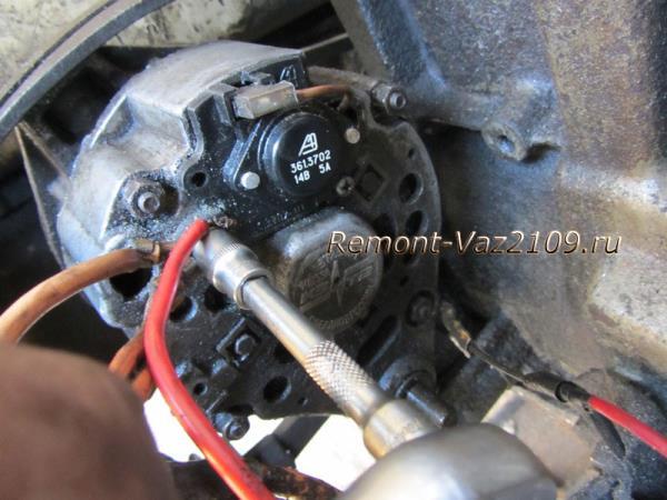 отсоединение плюсовых проводов от генератора ВАЗ 2109-2108