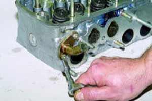 Головкой «на 10» отворачиваем две гайки крепления к головке блока подводящего патрубка радиатора отопителя