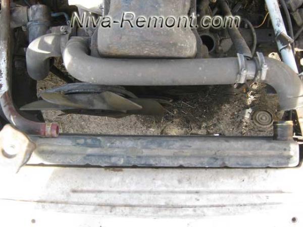снятые патрубки охлаждения двигателя Нивы