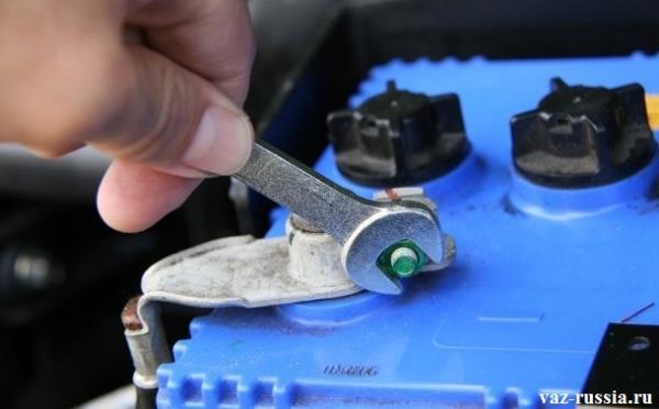 Установка клемы «-», на аккумуляторною батарею, с последующим затягиванием гайки, которая эту клему держит