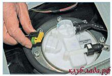 Отсоединить колодку от крышки топливного модуля приоры