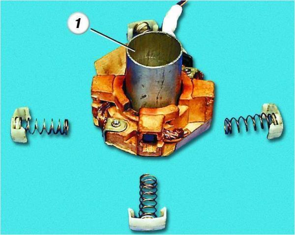 Установка с помощью приспособления щеток в щеткодержатель стартера Лада Гранта (ВАЗ 2190)