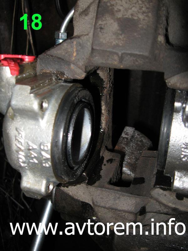 Вбиваем тормозной цилиндр в суппорт авто ВАЗ-2101, ВАЗ-21011, ВАЗ-2102, ВАЗ-2103, ВАЗ-2104, ВАЗ-2105, ВАЗ-2106, ВАЗ-2107, Жигули