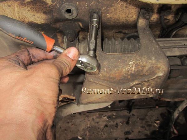 снятие защиты рулевой рейки на ВАЗ 2109-2108