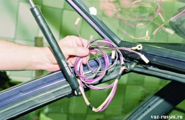Снятие всех проводов препятствующих снятию крышки багажника