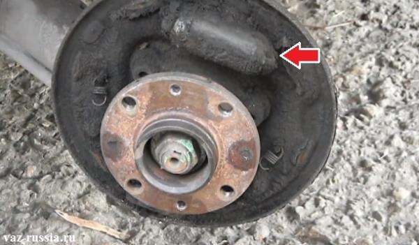 На фото тормозной цилиндр указ стрелкой