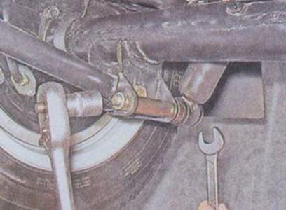 Откручиваем нижний болт крепления заднего амортизатора на ВАЗ 2101, 2102, 2103, 2104, 2105, 2106, 2107
