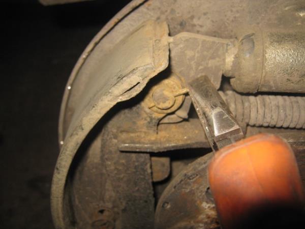 вынимаем шплинт крепления рычага ручника на ВАЗ 2106