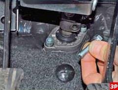 Снятие болта крепления вала-шестерни рулевого механизма к промежуточному валу рулевой колонки Лада Гранта (ВАЗ 2190)