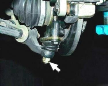 Откручиваем нижнюю гайку шаровой опоры на ВАЗ 2110, 2111, 2112