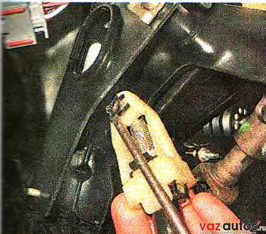 Поддев отверткой, снимаем пружинную фиксирующую скобу поводка наконечника троса
