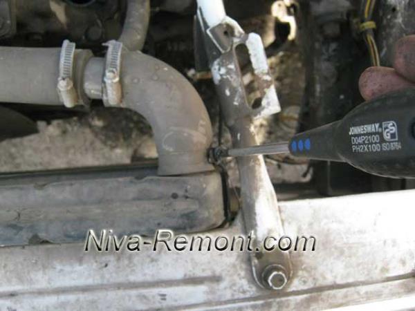 откручивание и снятие толстого патрубка радиатора на Ниве