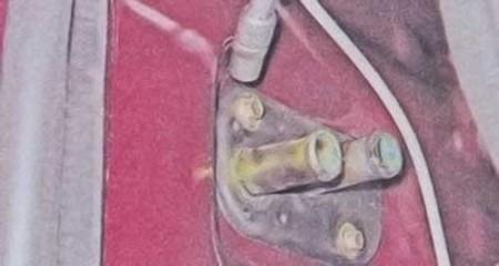 Откручиваем болты крепления уплотнителя патрубков радиатора печки на ВАЗ 2101, 2102, 2103, 2104, 2105, 2106, 2107