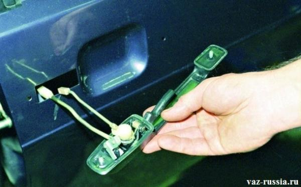 Снятие с двери автомобиля ручки