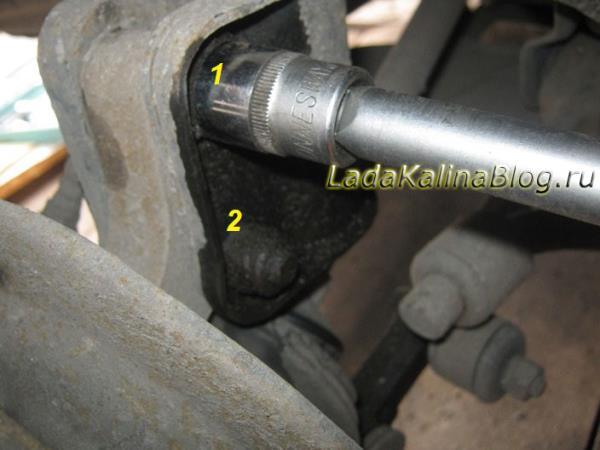 как открутить стойку передней подвески на Калине