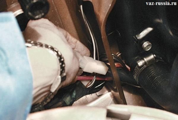 Соединение колодки и жгута проводов электродвигателя вентилятора