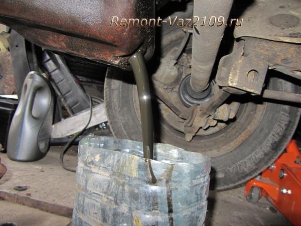слив отработанного масла из двигателя ВАЗ 2109-2108
