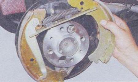 Снятие и замена задних тормозных колодок на ВАЗ 2101, 2102, 2103, 2104, 2105, 2106, 2107